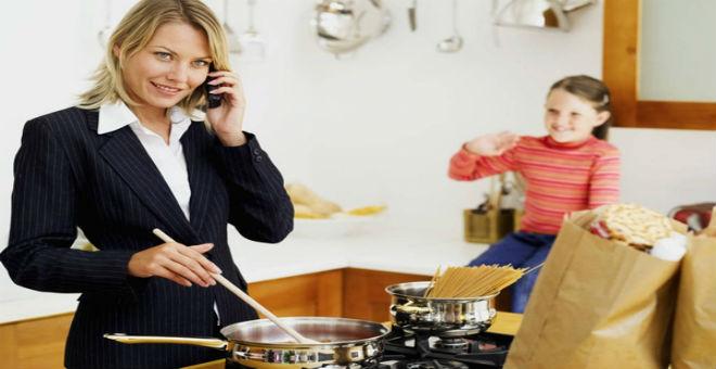 10 طرق توازن المرأة فيها بين عملها وأسرتها