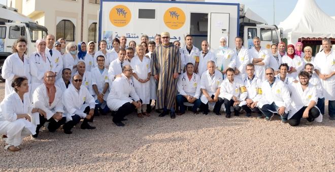 الملك محمد السادس يزور المستفيدين من القافلة الطبية التضامنية بمديونة
