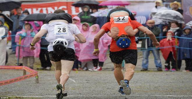 بالصور: المهرجان السنوي لحمل الزوجات في فنلندا