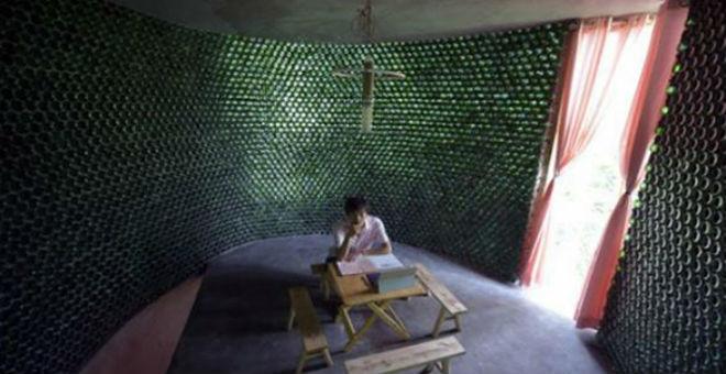صيني يبني مكتبا باستخدام 8500 زجاجة