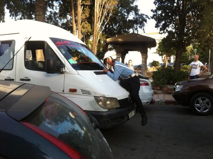 سائق سيارة للنقل السري يسحل شرطيا في مدينة طنجة