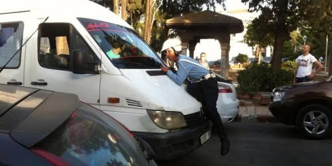 وفاة شرطي المرور الذي سحله سائق للنقل السّري في طنجة
