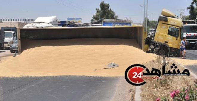 انقلاب شاحنة محملة بالحبوب في نواحي الدار البيضاء بسبب السرعة