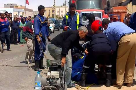 وفاة عاملين اختناقا في قناة للواد الحارة في الداخلة