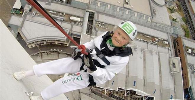 عمرها 101 تقفز من ارتفاع 94 متراً