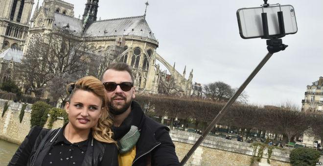 مقاصد سياحية تحظر استخدام عصي سيلفي