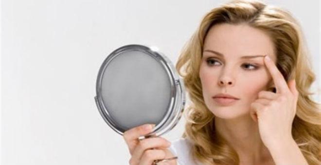 باحثون: كثرة الوقوف أمام المرآة تعجّل بالشيخوخة