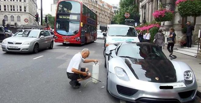 بالصور.. ملياردير يعطِّل المرور لغسل سيارته