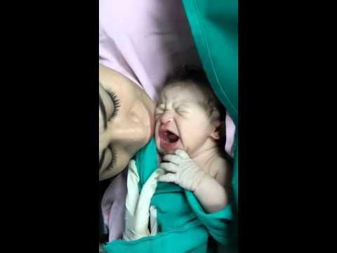 رضيعة تتوقف عن البكاء بعد قبلة أمها الأولى