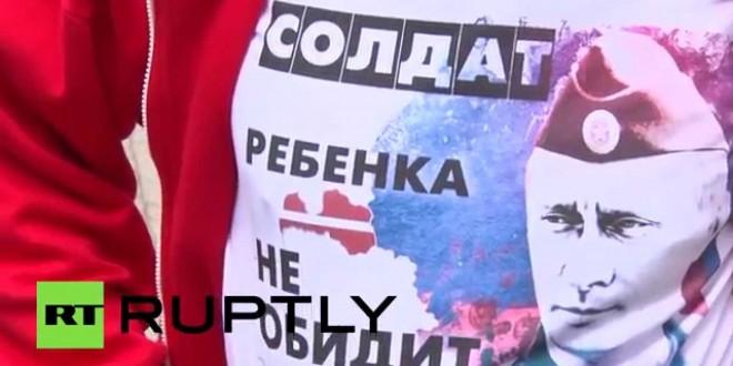 """فيديو…إقبال كبير على """"قمصان بوتين"""" في ريغا"""