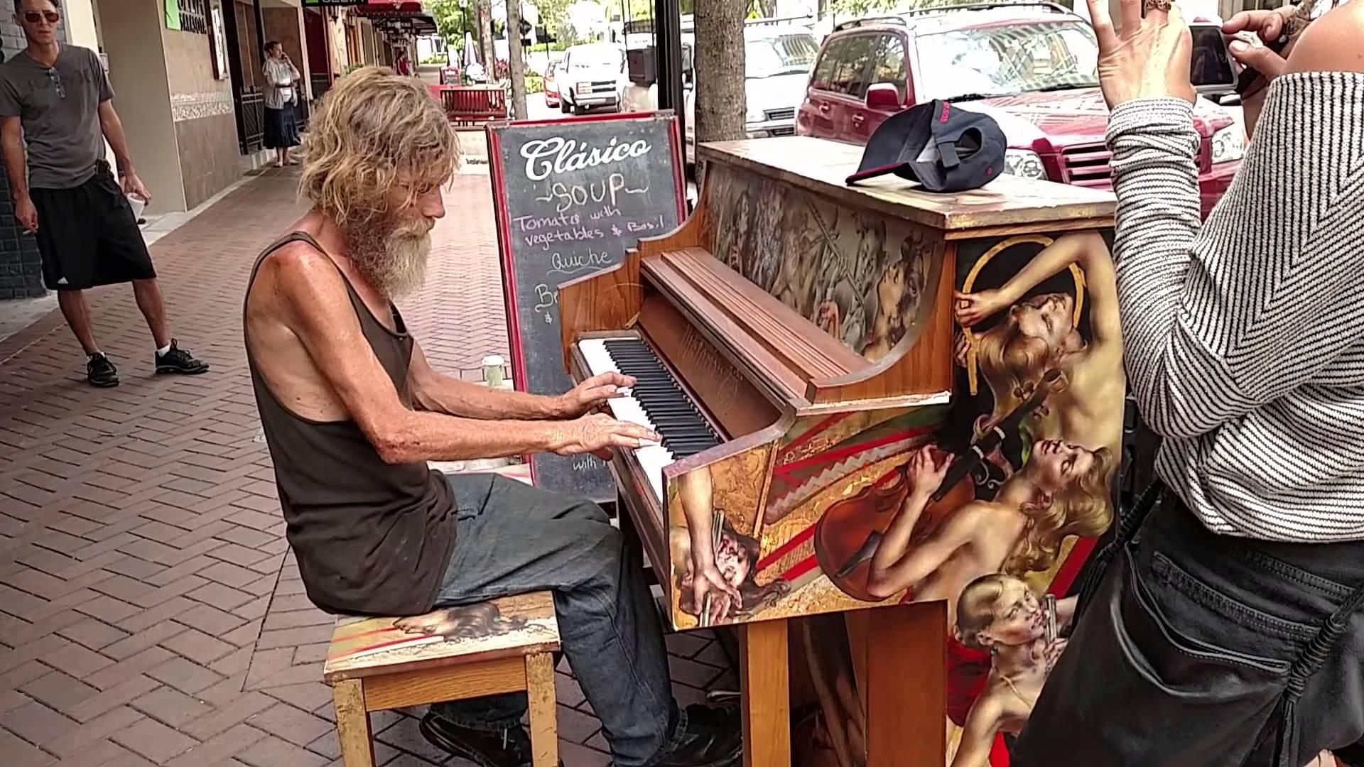 متشرد أمريكي وعزف جميل على البيانو