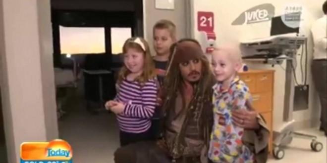 """جوني ديب يزور الأطفال في المستشفي بشخصية """"القرصان سبارو"""""""