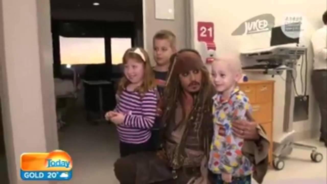 جوني ديب يزور الأطفال في المستشفي بشخصية