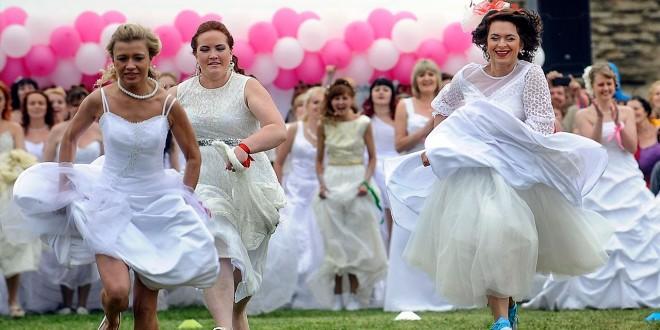 تنظيم مسابقة جري بفستان الزفاف