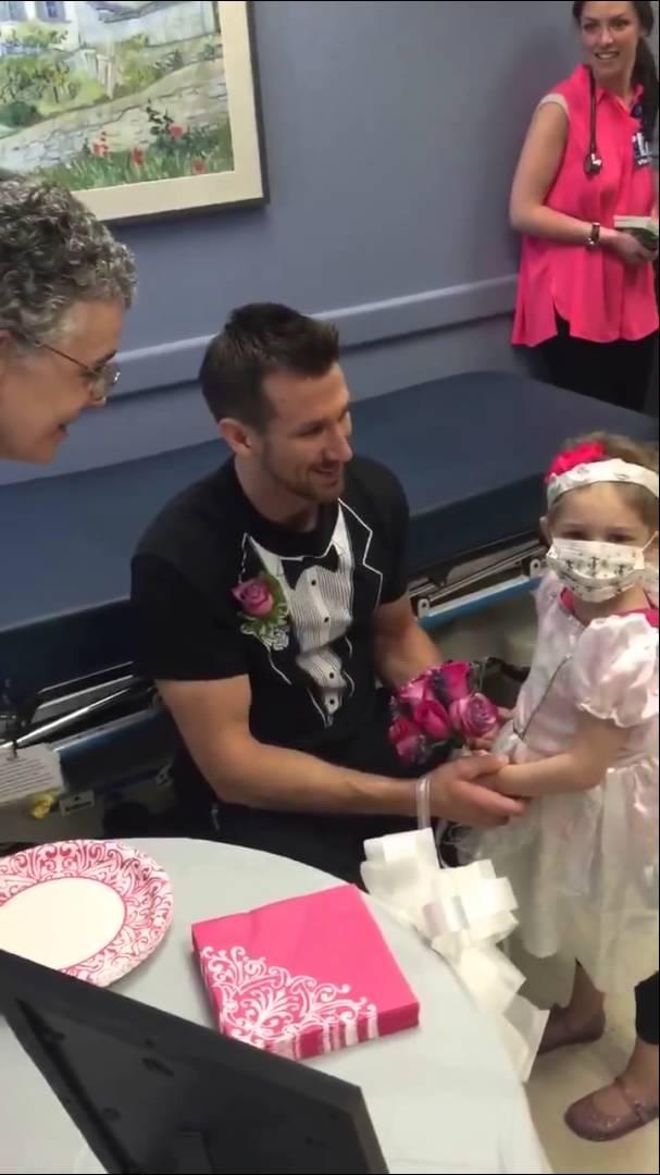 زفاف مفعم بالمشاعر لطفلة مصابة بالسرطان وممرضها