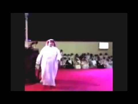 سقوط فنان سعودى على المسرح بعد إلقاء قصيدة