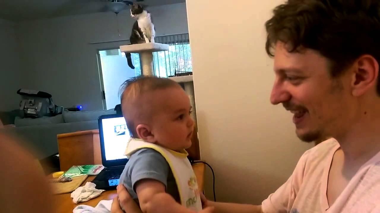 رضيع في شهره الثالث يفاجئ والده بمحاولة الكلام