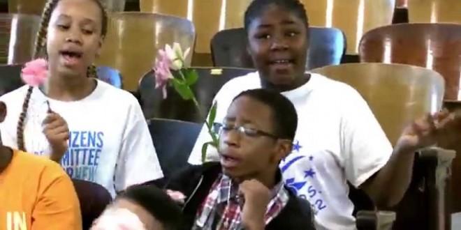 فيديو مؤثر .. تلاميذ يفاجؤن معلمتهم المصابة بالسرطان