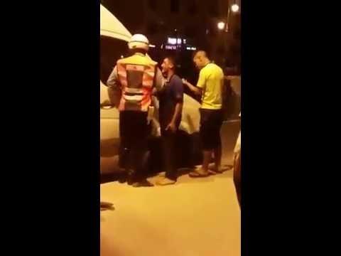 شجار بين شرطي وصاحب سيارة نقل سري