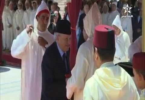 الملك محمد بن سعيد يوشح ابن سعيد أيت ايدر بوسام ملكي بمناسبة عيد العرش
