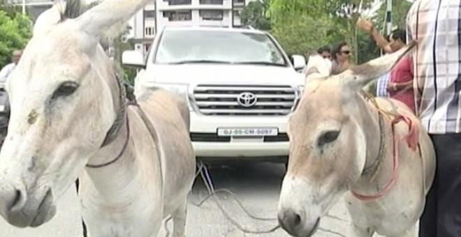 بالفيديو.. رجل أعمال يحول سيارته إلى عربة يجرها حمار؟!!