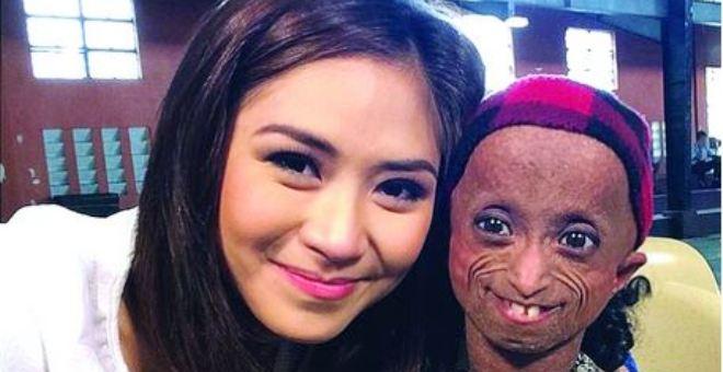 فتاة في مقتبل العمر أكبر مُسنّة فلبينية