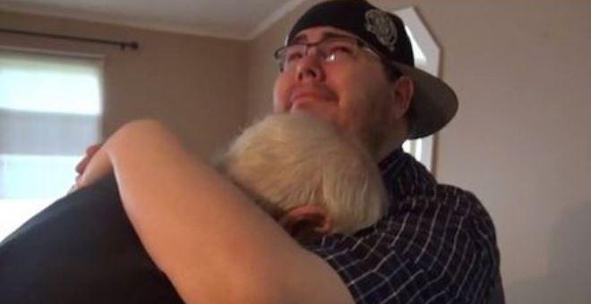 بالفيديو.. يدفع كامل ثروته مُقابل منزل لأبيه
