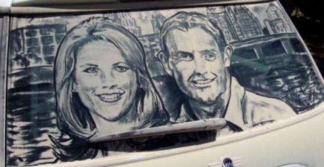 شاهد.. لوحات فنية على سيارات متسخة!