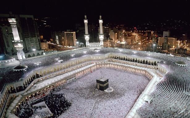 حوالي مليوني مسلم أدوا صلاة العيد بهذا المسجد