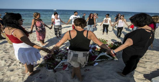 دقيقة صمت بشاطئ القنطاوي ترحما على ضحايا الهجوم الإرهابي