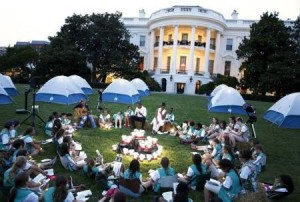 U.S. President Barack Obama (back C) and first lady Michelle Obama join Girl Scouts for a singalong during a camp-out on the South Lawn of the White House in Washington June 30, 2015. A group of 50 fourth-grade Girl Scouts plans to spend the night in camping tents on the lawn, a celebration of the scouting movement and the National Park Service centennial.  REUTERS/Jonathan Ernst - RTX1IIS2