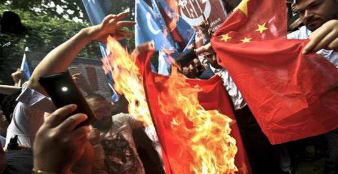متظاهرون يحرقون العلم الصيني بسبب معاناة أقلية اليوجور المسلمة