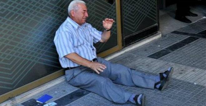 بسبب صورته العجوز اليوناني يتلقى مساعدات مالية سخية
