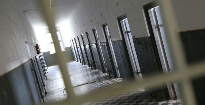 حراس سجن أمام المحكمة بسبب