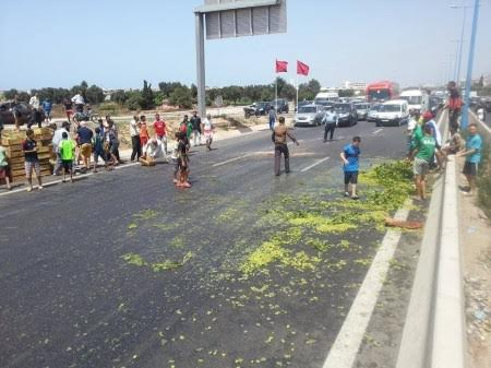 انقلاب شاحنة محملة بالعنب في الدار البيضاء