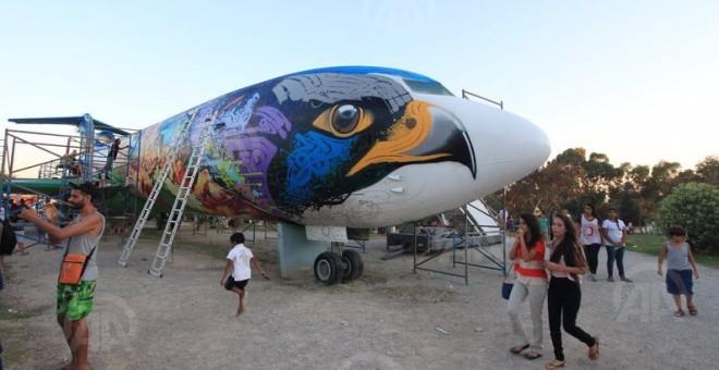 بالصور.. تونسيون يحولون هيكل طائرة إلى «منتزه» !!