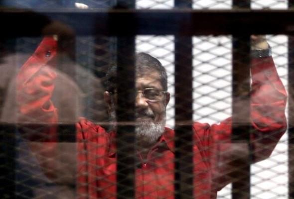 مرسي يكشف محاولة تسميمه داخل السجن
