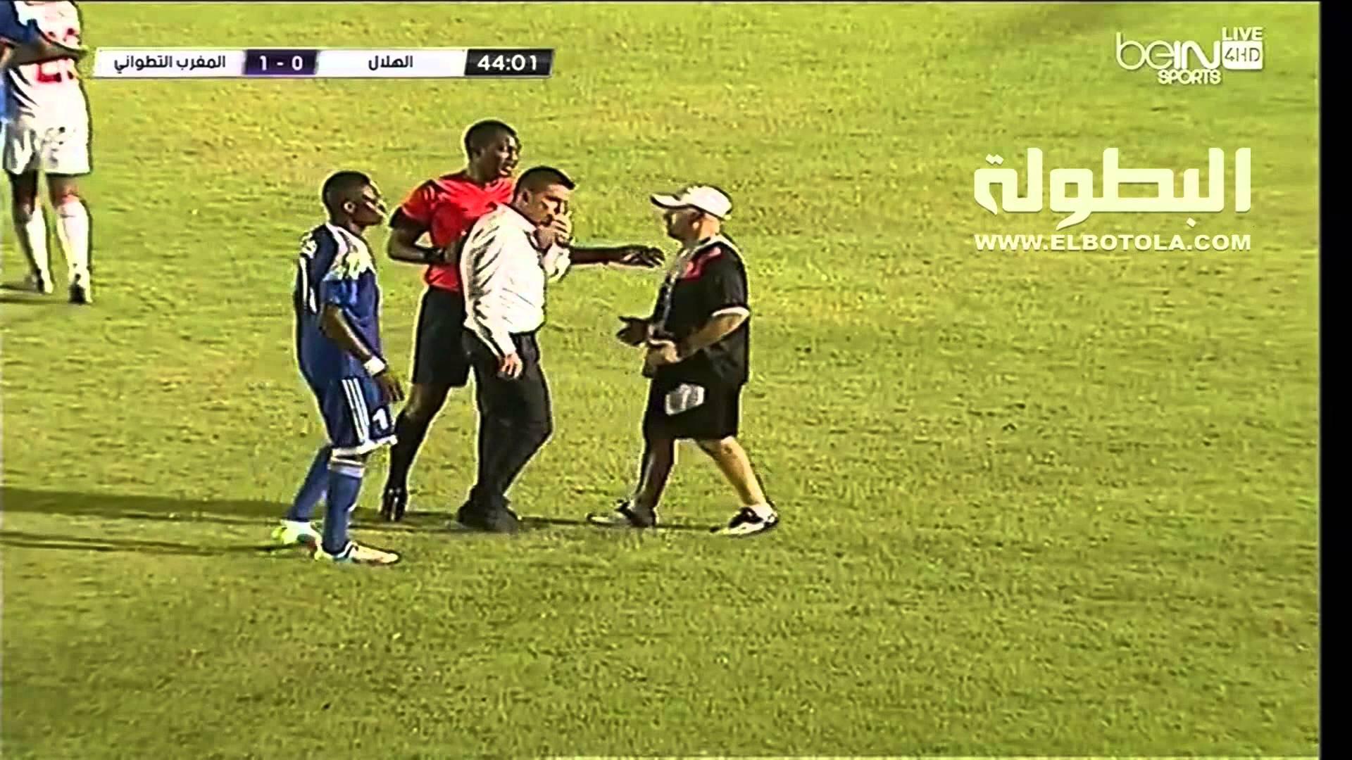 رشق الجماهير السودانية لمدرب المغرب التطواني بالقنينات