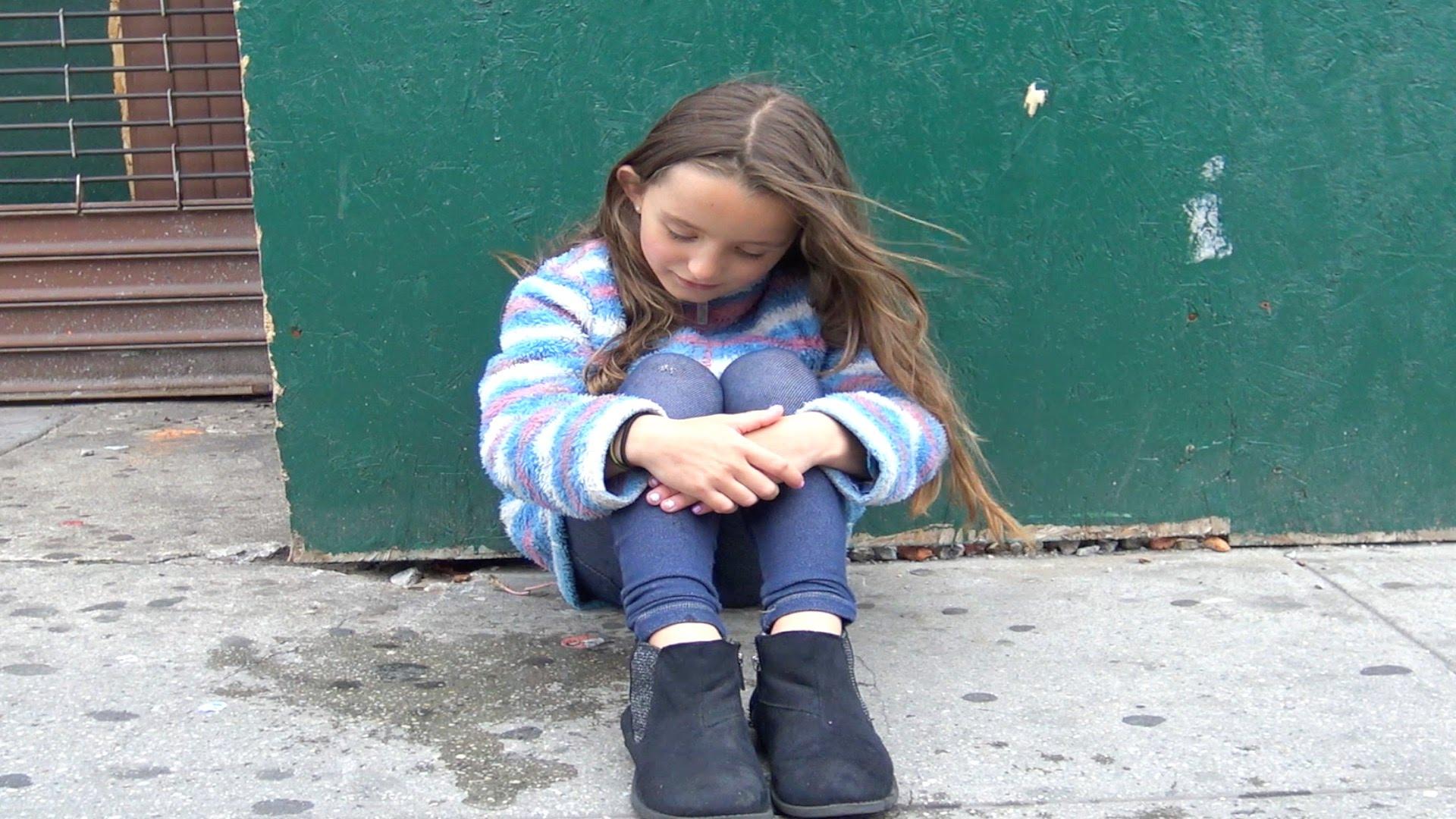 كاميرا خفية لطفلة تدعي بأنها تائهة تنتهي بشكل صادم