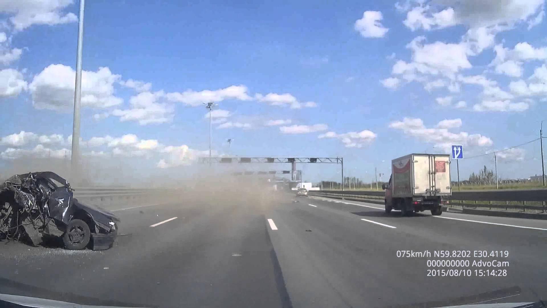 حادث مروع يحول سيارة إلى حطام في ثوان