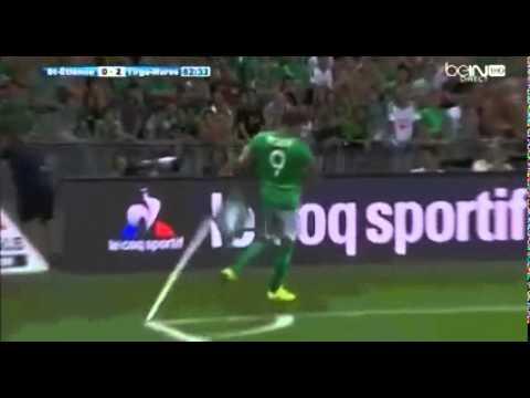 لاعب يسدد كرة قوية تجاه رأس جامع الكرات