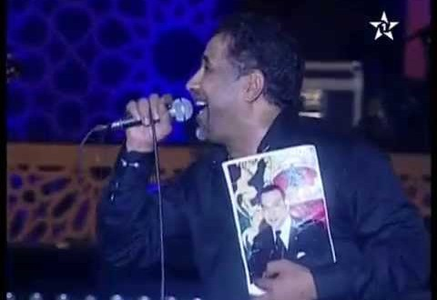 الشاب خالد يحمل صورة الملك محمد السادس