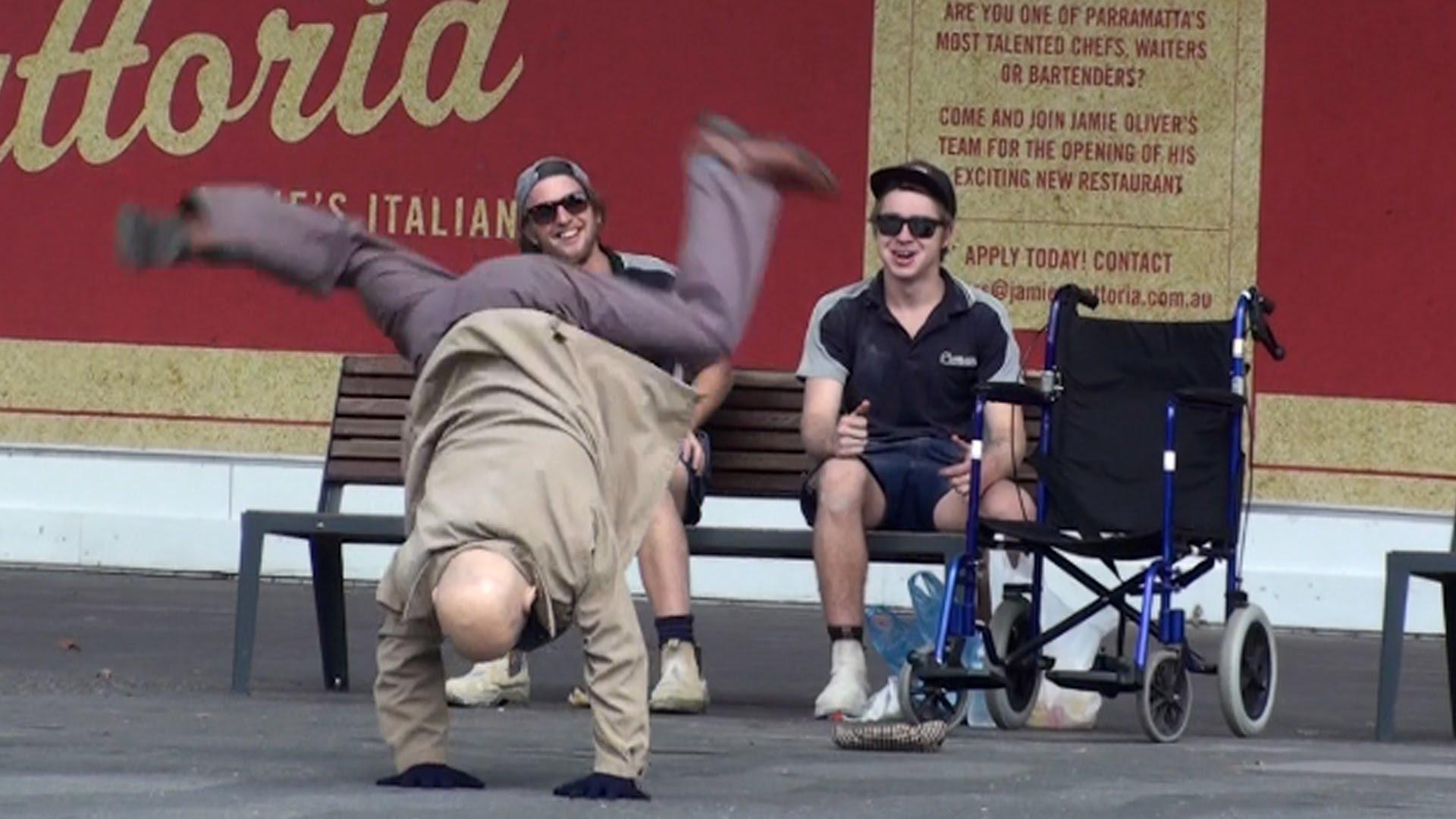 عجوز متنكر يقوم بحركات رقص مدهشة