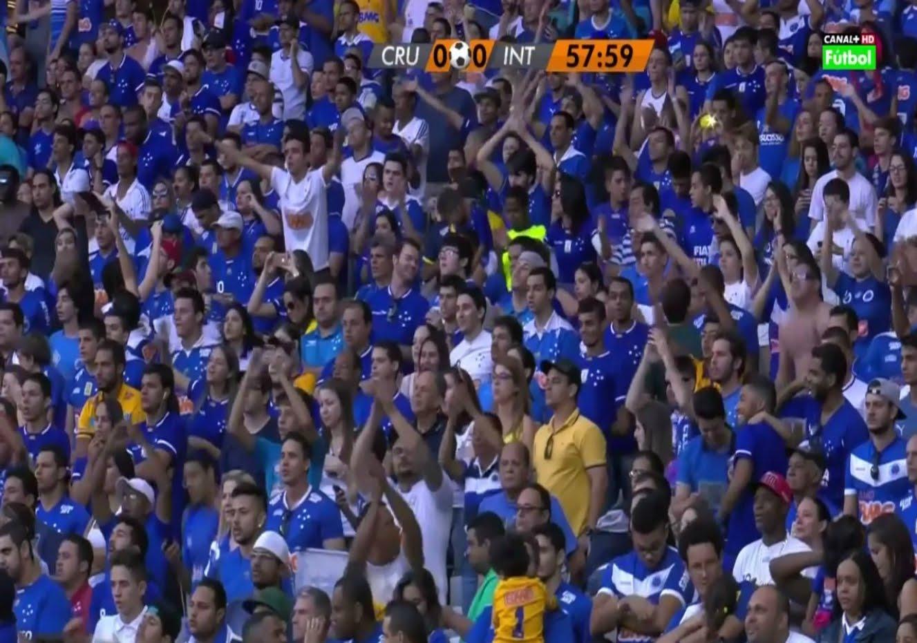 جماهير كروزيرو تتغنى بالخضراء الوطنية'' البرازيلية ''