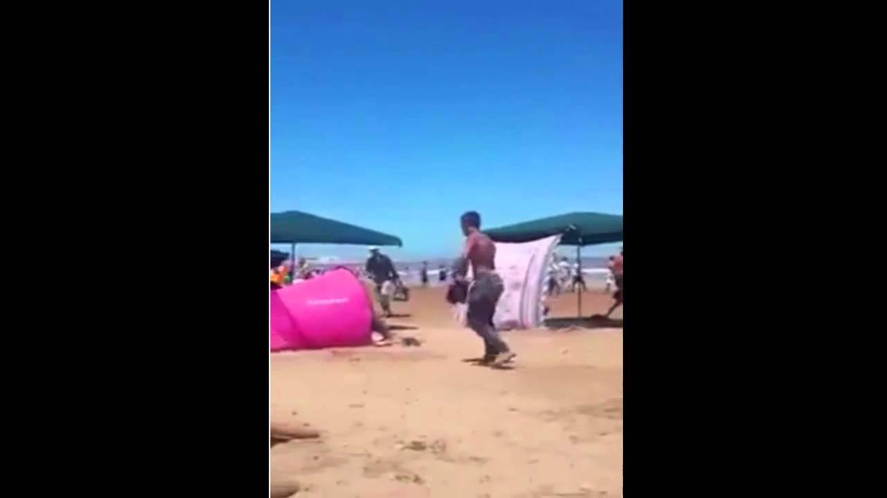 إيقاق لص بطريقة حضارية و مضحكة بأحد الشواطئ المغربية