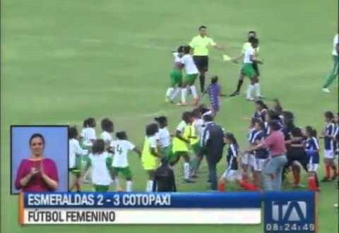 """حينما """"لا ترضى"""" النساء في كرة القدم فهذا ما يحصل!"""