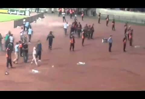 لحظة إصابة زميل صحفي بحجارة جمهور الرجاء في الرأس