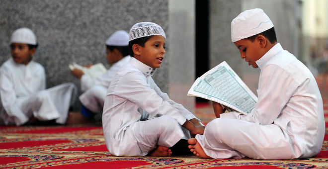 مشهد مؤثر..أطفال سعوديون يحاولون إقناع أجنبي بالإسلام