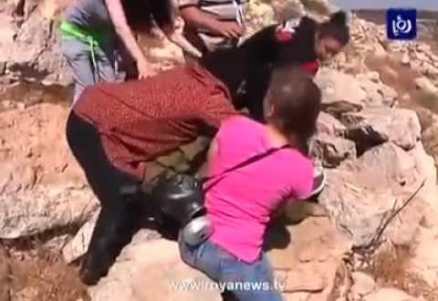 نساء فلسطينيات يحاصرن جندي صهيوني اعتدى على طفل وحاول اعتقاله