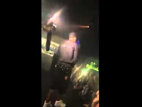 مغني يركل معجبة بقدمه على وجهها بعدما حاولت لمس سرواله